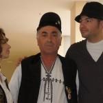 Norris Măgeanu și Adriana Sîrbu, două albinuțe ROI, alături de meșterul Ion argeșean Rodoș